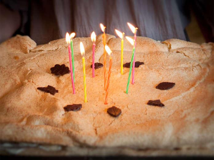 Marängtårta i långpanna med sockerkaka i botten.